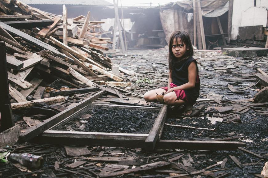 Ein kleines Mädchen arbeitet in Ulingan, Philipinen (Copyright: Weinert)